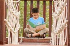 παιδιά βιβλίων που διαβάζονται Στοκ Φωτογραφία