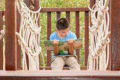 παιδιά βιβλίων που διαβάζονται Στοκ Εικόνες