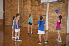 Παιδιά γυμνασίου που παίζουν την καλαθοσφαίριση Στοκ Εικόνα