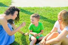 παιδιά ευτυχή η μητέρα της Tickling ο γιος και η χαμογελώντας κόρη της Στοκ φωτογραφία με δικαίωμα ελεύθερης χρήσης