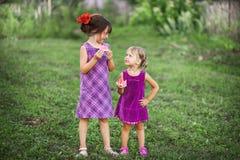 Παιδιά ευτυχή υπαίθρια Στοκ φωτογραφία με δικαίωμα ελεύθερης χρήσης