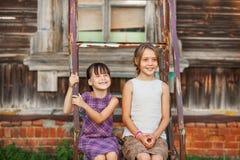 Παιδιά ευτυχή υπαίθρια Στοκ εικόνα με δικαίωμα ελεύθερης χρήσης