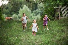 Παιδιά ευτυχή υπαίθρια Στοκ Φωτογραφία