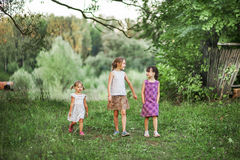 Παιδιά ευτυχή υπαίθρια Στοκ φωτογραφίες με δικαίωμα ελεύθερης χρήσης