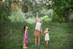 Παιδιά ευτυχή υπαίθρια Στοκ εικόνες με δικαίωμα ελεύθερης χρήσης