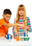 Παιδιά ζεύγους στο εργαστήριο επιστήμης Στοκ εικόνες με δικαίωμα ελεύθερης χρήσης