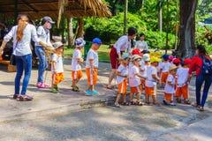 Παιδιά και παιχνίδι δασκάλων στο ζωολογικό κήπο Στοκ Εικόνες
