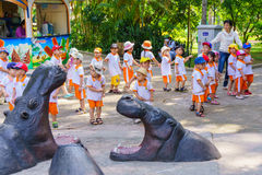 Παιδιά και παιχνίδι δασκάλων στο πάρκο ζωολογικών κήπων Στοκ εικόνα με δικαίωμα ελεύθερης χρήσης