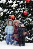 Παιδιά και χριστουγεννιάτικο δέντρο στοκ εικόνες