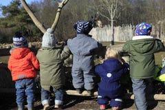 Παιδιά και giraffe Στοκ εικόνες με δικαίωμα ελεύθερης χρήσης