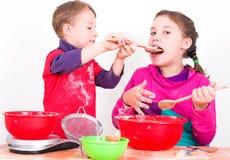 Παιδιά κατά τον ψήσιμο Στοκ εικόνα με δικαίωμα ελεύθερης χρήσης