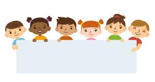 Παιδιά κινούμενων σχεδίων που κρατούν το έμβλημα ελεύθερη απεικόνιση δικαιώματος