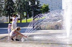 Παιδιά κοντά σε ένα ράντισμα fontain στο κέντρο της πόλης Στοκ φωτογραφίες με δικαίωμα ελεύθερης χρήσης