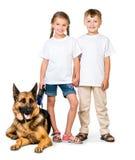 Παιδιά με ένα σκυλί ποιμένων Στοκ Εικόνες