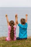 Παιδιά με τα αυξημένα όπλα Στοκ φωτογραφίες με δικαίωμα ελεύθερης χρήσης