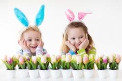 Παιδιά με τα αυτιά λαγουδάκι στο κυνήγι αυγών Πάσχας Στοκ φωτογραφία με δικαίωμα ελεύθερης χρήσης