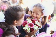 Παιδιά με τα λουλούδια στην πρώτη σχολική ημέρα στη Μόσχα Στοκ φωτογραφία με δικαίωμα ελεύθερης χρήσης