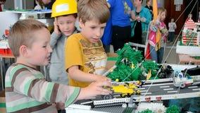 παιδιά με τα παιχνίδια, φεστιβάλ Robotica ρομπότ στο Κίεβο, Ουκρανία, απόθεμα βίντεο