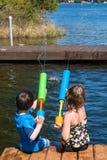 Παιδιά με τα πυροβόλα όπλα squirt Στοκ φωτογραφία με δικαίωμα ελεύθερης χρήσης