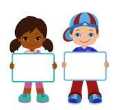 Παιδιά με τα σημάδια Πίνακας πλαισίων Λευκός πίνακας πλαισίων συνεδρίασης των παιδιών Στοκ φωτογραφία με δικαίωμα ελεύθερης χρήσης