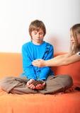 Παιδιά με τα σιτάρια καφέ Στοκ εικόνες με δικαίωμα ελεύθερης χρήσης