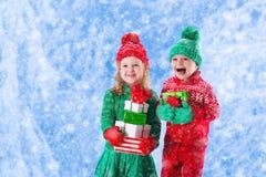 Παιδιά με τα χριστουγεννιάτικα δώρα Στοκ Εικόνα