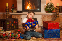 Παιδιά με τα δώρα διακοπών από την εστία Στοκ εικόνες με δικαίωμα ελεύθερης χρήσης