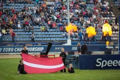 Παιδιά με τη λετονική σημαία Στοκ Εικόνες