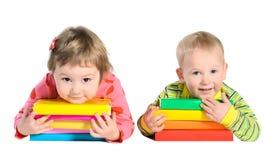 Παιδιά με τους σωρούς των βιβλίων στοκ εικόνα με δικαίωμα ελεύθερης χρήσης