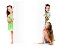 Παιδιά με το άσπρο έμβλημα στοκ φωτογραφίες