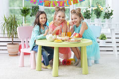 Παιδιά με το κέικ στη γιορτή γενεθλίων Στοκ φωτογραφίες με δικαίωμα ελεύθερης χρήσης