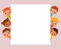 Παιδιά πίσω από το κενό σημάδι Στοκ εικόνα με δικαίωμα ελεύθερης χρήσης
