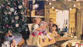 Παιδιά, παιδιά στο ντεκόρ Χριστουγέννων φιλμ μικρού μήκους