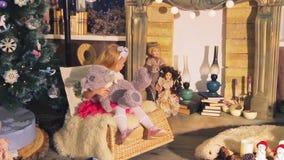 Παιδιά, παιδιά στο ντεκόρ Χριστουγέννων απόθεμα βίντεο