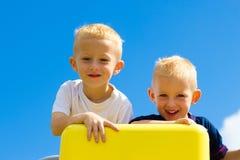 Παιδιά παιδιών στην παιδική χαρά που αναρριχούνται στο παιχνίδι Στοκ Εικόνα