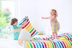 Παιδιά που έχουν την πάλη μαξιλαριών Στοκ Φωτογραφία