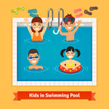 Παιδιά που έχουν τη διασκέδαση και που κολυμπούν στη λίμνη Στοκ Εικόνες