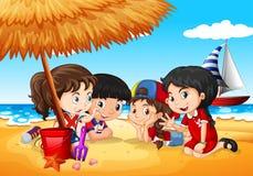 Παιδιά που έχουν τη διασκέδαση στην παραλία ελεύθερη απεικόνιση δικαιώματος