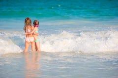 Παιδιά που έχουν τη διασκέδαση στην τροπική παραλία κατά τη διάρκεια του παιχνιδιού θερινών διακοπών μαζί στα ρηχά νερά Στοκ φωτογραφίες με δικαίωμα ελεύθερης χρήσης