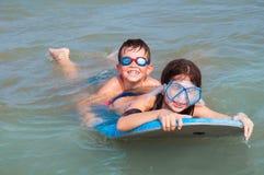 Παιδιά που έχουν τη διασκέδαση στο νερό Στοκ εικόνα με δικαίωμα ελεύθερης χρήσης