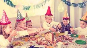 Παιδιά που έχουν το γεύμα γενεθλίων Στοκ Εικόνες
