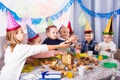 Παιδιά που έχουν το γεύμα γενεθλίων Στοκ Φωτογραφία