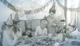 Παιδιά που έχουν το γεύμα γενεθλίων Στοκ φωτογραφία με δικαίωμα ελεύθερης χρήσης