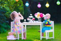 Παιδιά που έχουν το κόμμα στον κήπο Στοκ Φωτογραφία