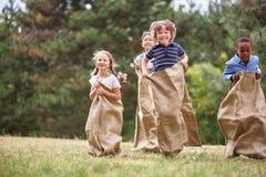 Παιδιά που έχουν fut στη φυλή σάκων στοκ φωτογραφίες