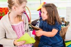Παιδιά που αγοράζουν τις προμήθειες στο κατάστημα βιοτεχνίας Στοκ Εικόνα