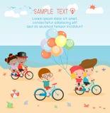 Παιδιά που ανακυκλώνουν στην παραλία, παιδιά που οδηγά τα ποδήλατα στην παραλία Στοκ εικόνα με δικαίωμα ελεύθερης χρήσης