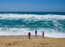 Παιδιά που αντιμετωπίζουν τα κύματα Ειρηνικών Ωκεανών Στοκ φωτογραφία με δικαίωμα ελεύθερης χρήσης