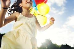 Παιδιά που απολαμβάνουν την ηλιόλουστη έννοια θερινών διακοπών στοκ φωτογραφία με δικαίωμα ελεύθερης χρήσης