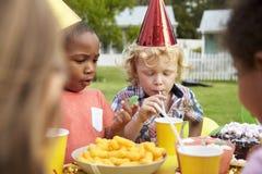 Παιδιά που απολαμβάνουν την υπαίθρια γιορτή γενεθλίων από κοινού Στοκ φωτογραφία με δικαίωμα ελεύθερης χρήσης
